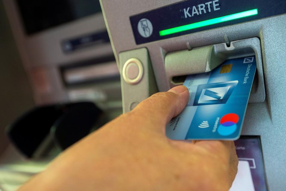 Sollte sich alles so zugetragen haben, wie der 23-jährige junge Mann aus der Nähe von Radeburg jetzt zur Anzeige brachte, wusste der gute Kumpel aus Großenhain die Geheimzahl zur Geldkarte.