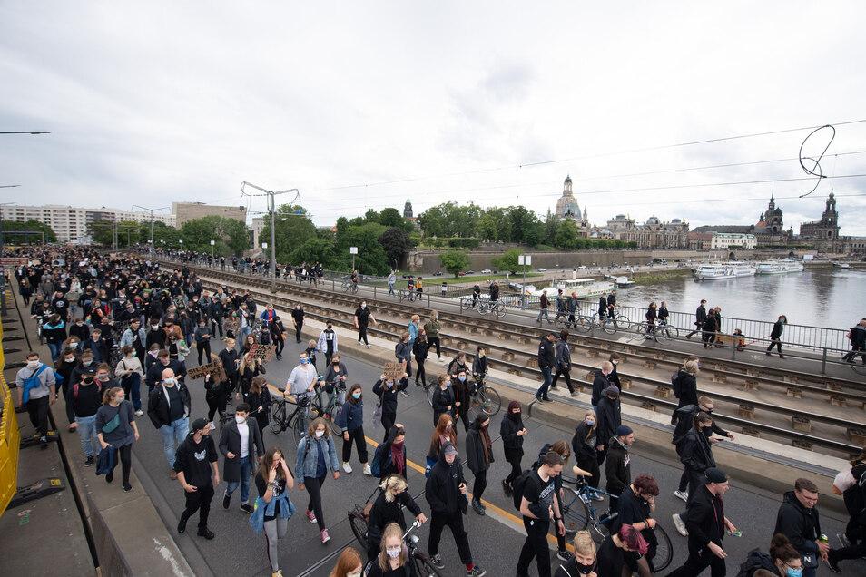 Demoteilnehmer gehen über die Carolabrücke.