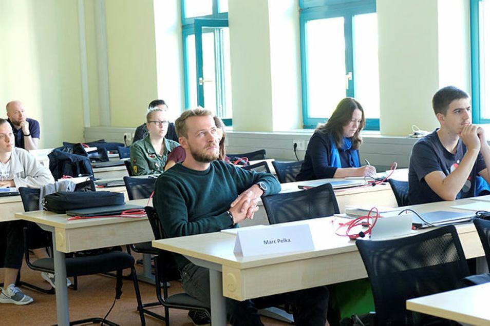 """Die Studenten des neuen Studiengangs """"Digitale Verwaltung"""" lernen die Zusammenhänge aus Wirtschaft, Recht und Informatik kennen."""