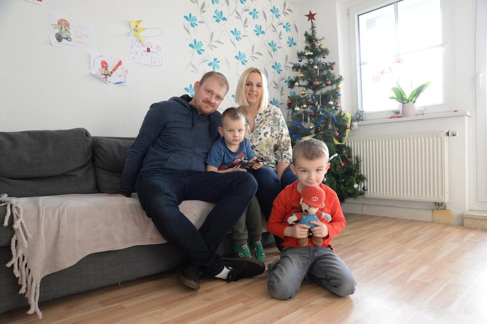 Die polnische Familie Nowak lebt seit über einem Jahr in Stannewisch bzw. seit Juni in Niesky. Weihnachten feierten sie zu viert in ihrer Nieskyer Wohnung. Im Foto die Eltern Mateusz und Sandra Nowak mit den Kindern Aleksander (4) und Ksawery (6) (rechts)