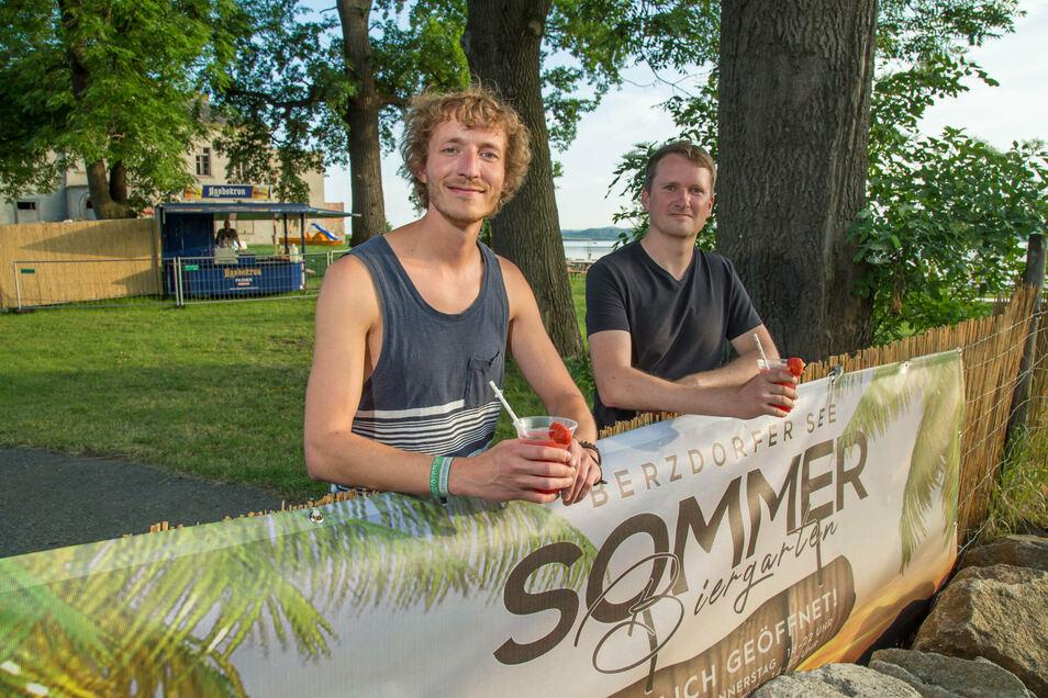 Benjamin Reiss und Jens Werner betreiben am Berzdorfer See den Sommer-Biergarten. Hier finden am Wochenende zwei Partys unter freiem Himmel statt.