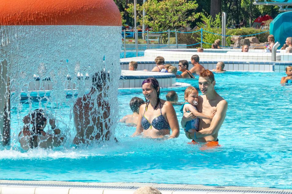 Im Döbelner Freibad suchten am Sonnabend mehr als 800 Badegäste Abkühlung. Damit wurde in der Coronakrise die Kapazitätsgrenze erreicht.