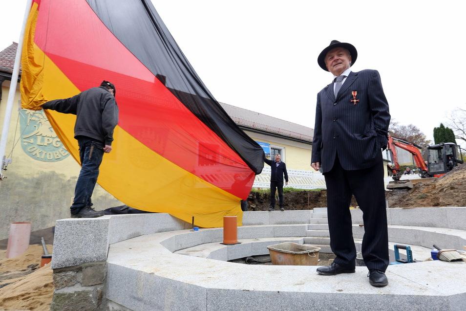 Der ehemalige Bundestagsabgeordnete Gunter Weißgerber (vorn) schenkte Maik Förster eine Deutschlandfahne, die einmal vor dem Reichstag in Berlin gehangen hat.