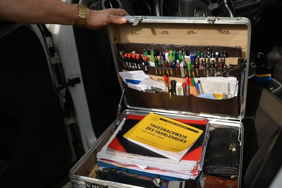 Das Allerheiligste des Fahrlehrers ist sein Aktenkoffer mit der Kulikollektion.