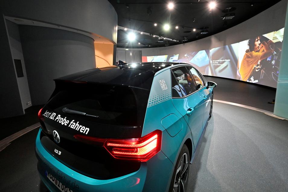Volkswagens ID.3: Wer ihn in der Gläsernen Manufaktur abholt, erlebt bei der Übergabe eine von Kreativunternehmen mitgestaltete Show-Inszenierung.