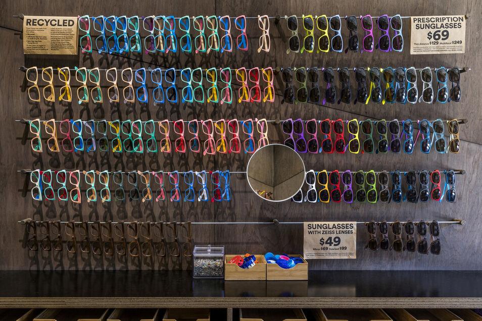 Freunde greller Farben kommen bei Dresden Optics voll auf ihre Kosten. Die Brillengestelle sind zwar aus Plastik, dafür aber recycelbar, wirbt das Unternehmen.