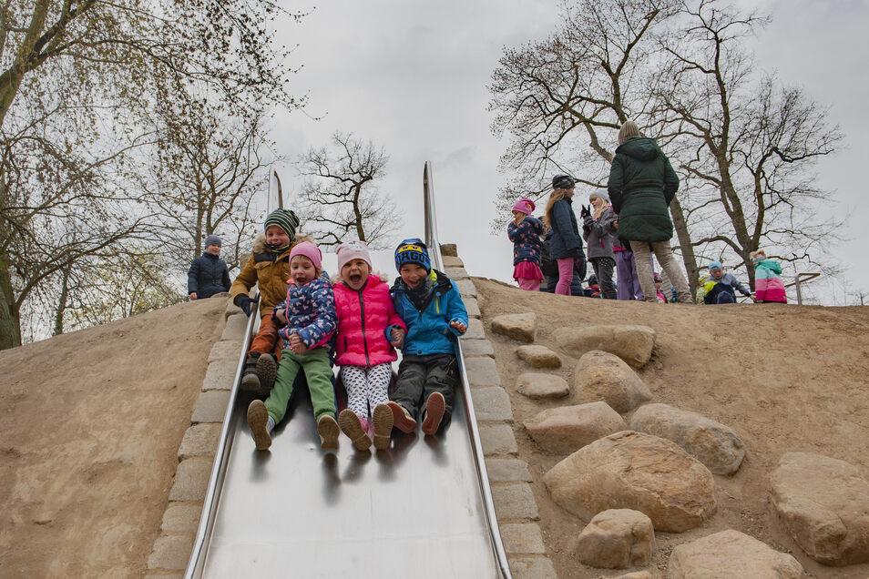 Was für ein Spaß! Auf der Rutsche haben glatt drei Kinder nebeneinander Platz.