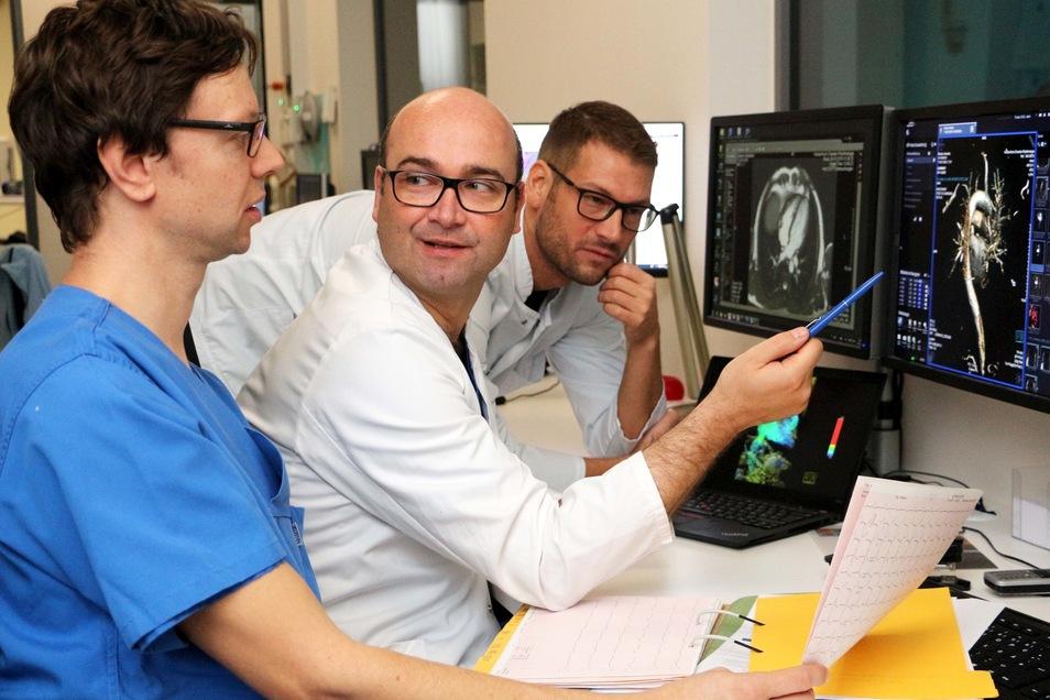 Intensive Besprechung im Herzzentrum Dresden: Oberarzt Dr. Stefan Ulbrich, Chefarzt Dr. Christopher Piorkowski und Dr. Jakub Tomala werten die MRT- Untersuchung eines Patienten aus.