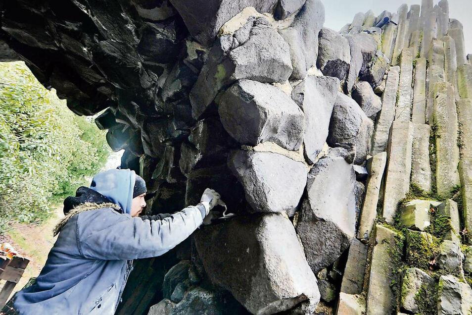 Christian Dick, Steinmetz-Lehrling, verfugt die Vorlandbögen an der Rakotzbrücke, die bis Pfingsten 2020 fertig saniert sein soll.