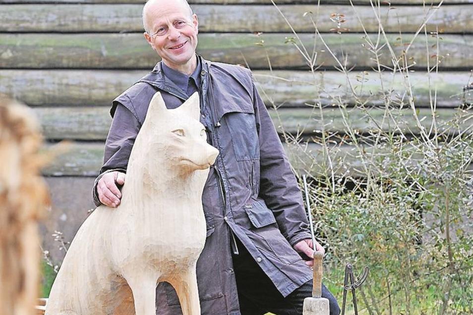 Der Schnitzer Günter Schönfelder aus Schönbrunn hofft, dass nun sein dritten Wolf an der B 178 nicht wieder gemaust wird.