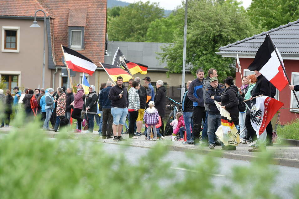 Mit den Protesten gegen die staatlichen Corona-Maßnahmen wurde die B96 zu einer Straße auch vieler Fahnen des rechtsextremen Spektrums - wie hier am Pfingstsonntag in Oderwitz.