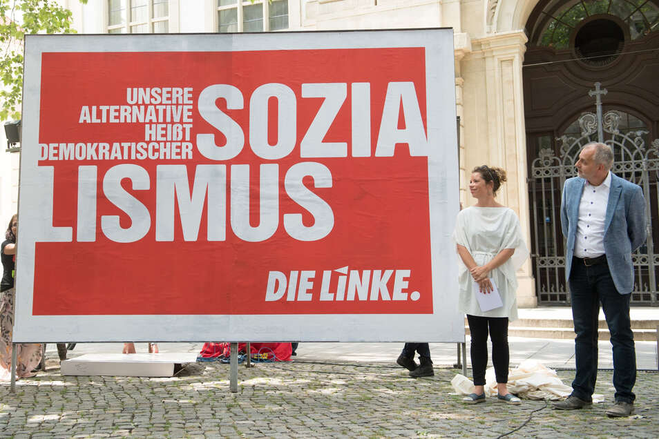 """Mit Blick in Richtung """"Sozialismus"""": Sachsens Parteichefin Antje Feiks und Rico Gebhardt stellen in Dresden Wahlplakate vor."""