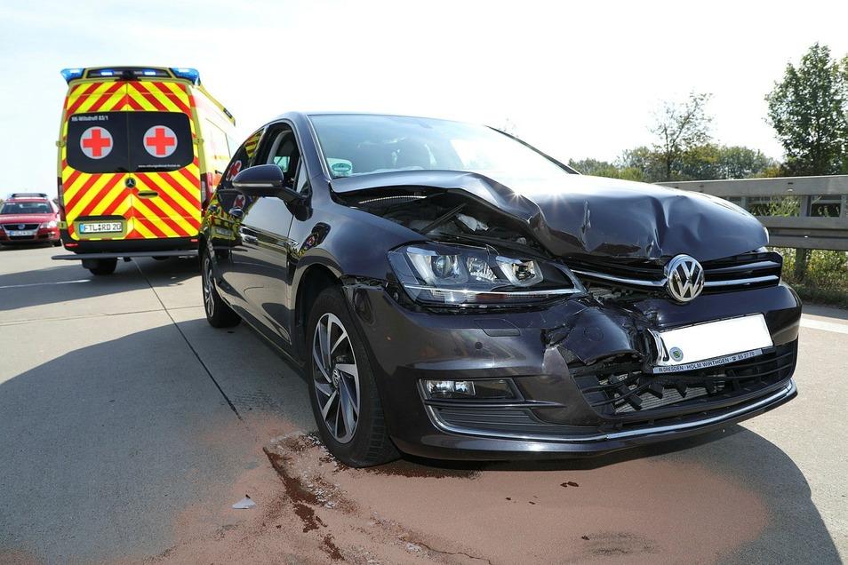 Die Fahrerin des VW Golf wurde beim Auffahren auf einen Passat verletzt. Auch eine zweite Frau musste im Krankenhaus behandelt werden.