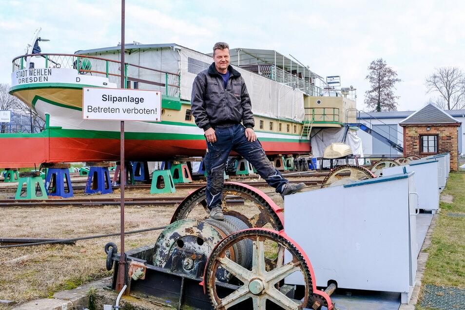 Falk Naumann ist seit Jahren der Einzige, der die historische Schiffshebeanlage mit Schienen, Stahlseilen und Zahnrädern bedienen kann, und würde gern dazu ausbilden.