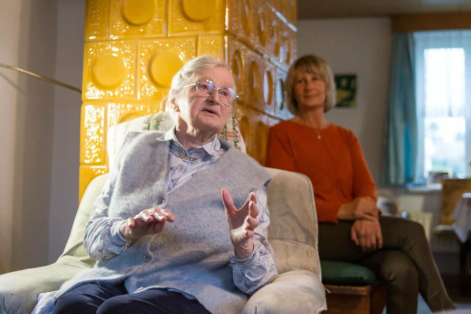 Johanna Wiltzek ist mit 100 Jahren die älteste Nieder Seifersdorferin. Im Foto mit Tochter Gudrun Pusch (61). Zusammen mit der Familie pflegt sie ihre Mutter .