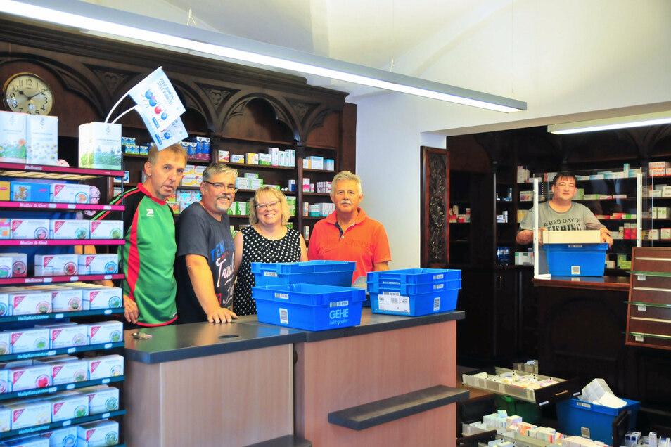Kerstin Boragk (Mitte) kann beim Umzug der Löwen-Apotheke erneut auf zahlreiche Helfer zählen. Am Donnerstag öffnet das Haus Hauptmarkt 7 wieder für die Kunden.