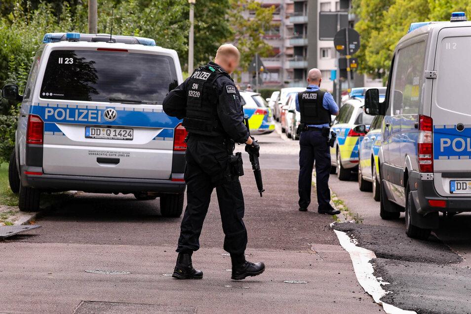 Mit Maschinenpistolen ausgestattet sucht die Polizei in der Johannstadt einen bewaffneten Mann.