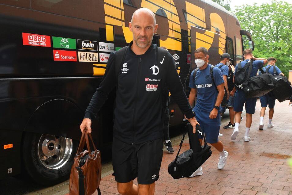 Der Trainer geht vornweg: Alexander Schmidt ist zum ersten Mal für ein Trainingslager im Eichsfeld, Dynamo schon zum fünften Mal.