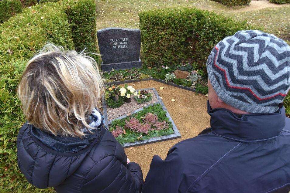 Fassungslos stehen Anja und Steffen Neubieser vor dem Familiengrab auf dem Friedhof in Oberoderwitz. Die Grabplatte für ihre Tochter hinten rechts fehlt.