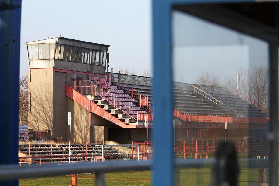 Wegen Baufälligkeit gesperrt: die Tribüne im Grube-Stadion.