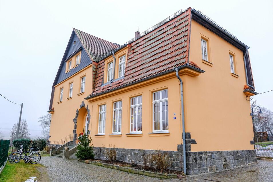 Die Außenhaut der denkmalgeschützten Villa Kunterbunt, des städtischen Kindergartens in Volkersdorf, wurde 2020 saniert. An zwei Eingängen erfolgte zudem der denkmalgerechte Neubau von zwei Vordächern.