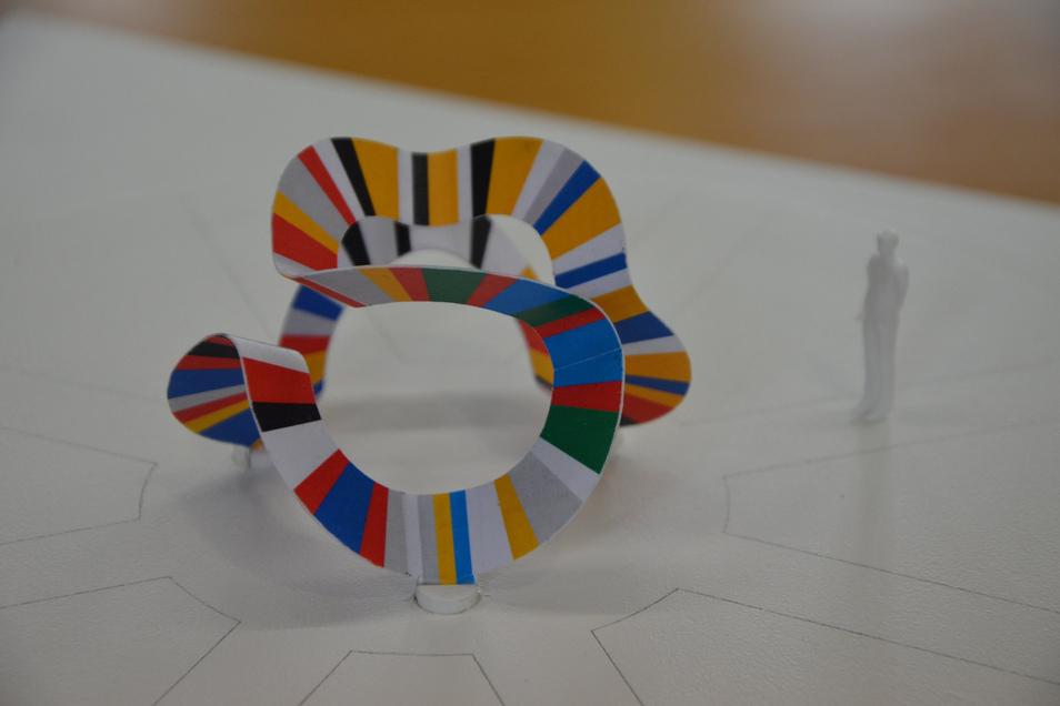 Noch im Modell: Ein farbenfrohes Band aus Edelstahl soll den Kreisel am Moritzburger Platz zieren.