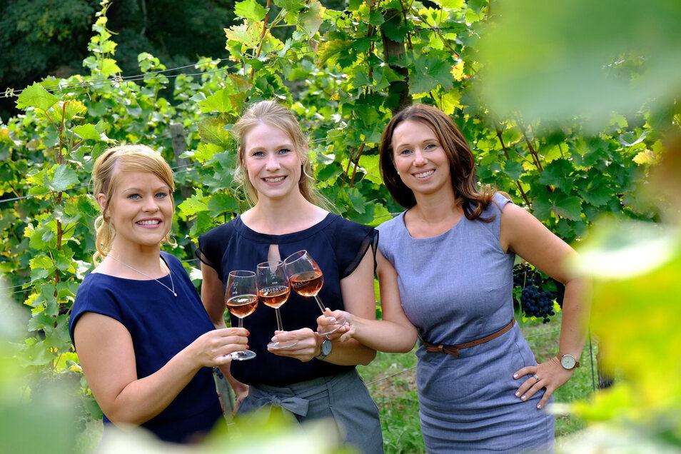 Jenny Zumpe, Ann-Kathrin Schatzl und Katja Böhme (v.l.) heißen die drei Kandidatinnen zur Wahl der 32. Sächsischen Weinkönigin. Am Donnerstag präsentierten sie sich erstmals auf Schloss Proschwitz einer Fachjury.