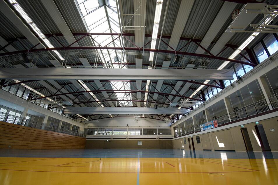 Die Stadtsporthalle wird derzeit noch von fast 30 Jahre alten Neonleuchten erhellt. Die sind wartungsintensiv und verbrauchen viel Strom.