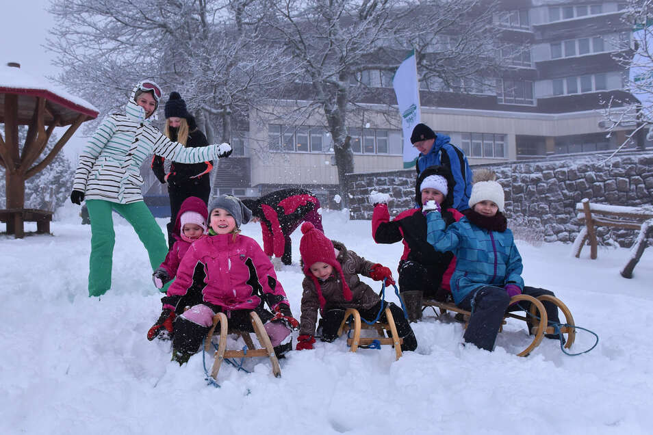 Urlauber freuen sich am Hotel Lugsteinhof in Zinnwald über den Schnee. Die Niederschläge brachten auch einen wichtigen Fortschritt beim Bau des Damms im Pöbeltal.