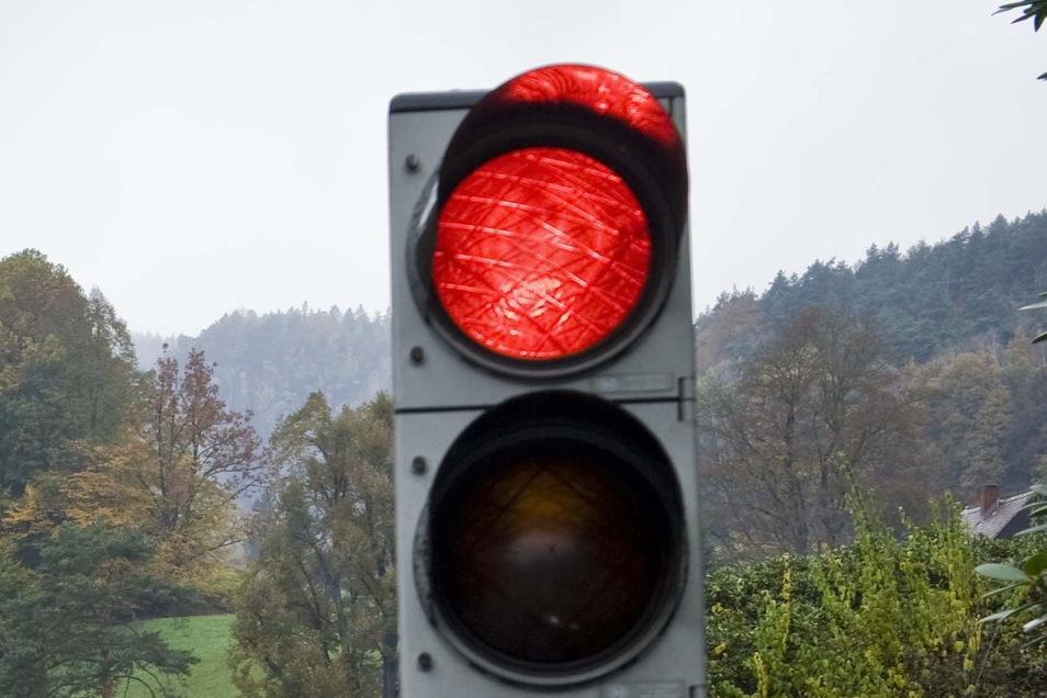 Zwei Baustellenampeln, Verkehrszeichen und mehrere Warnbaken hat ein angetrunkener Mann in Sebnitz umgeworfen. Mehrmals.