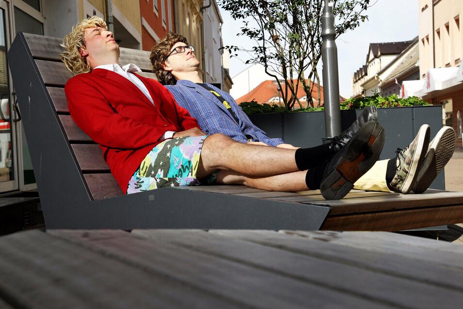 """Das Duo """"Zärtlichkeiten mit Freunden"""" hat während der Corona-Sperre genug Zeit gehabt, um sich auszuruhen. Aber ein Schläfchen auf dem Riesaer Boulevard darf ja noch erlaubt sein."""