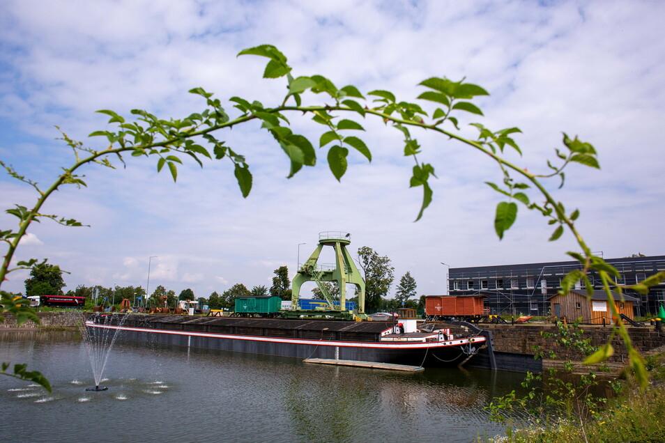 """Im Löschteich liegt """"Waltraut"""", ein alter Lastensegler, der vom Hafenverein erhalten und ausgebaut wird."""