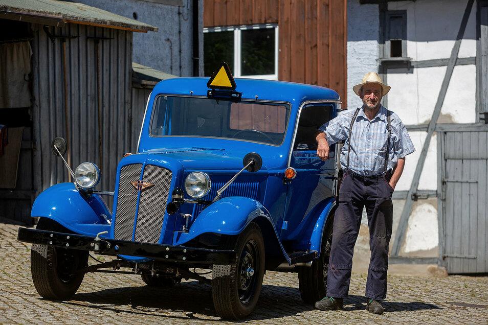 Rudolf Neubert fährt mit seinem restaurierten Traktor von 1936 beim Umzug der 100-Jahr-Feier Freitals mit.