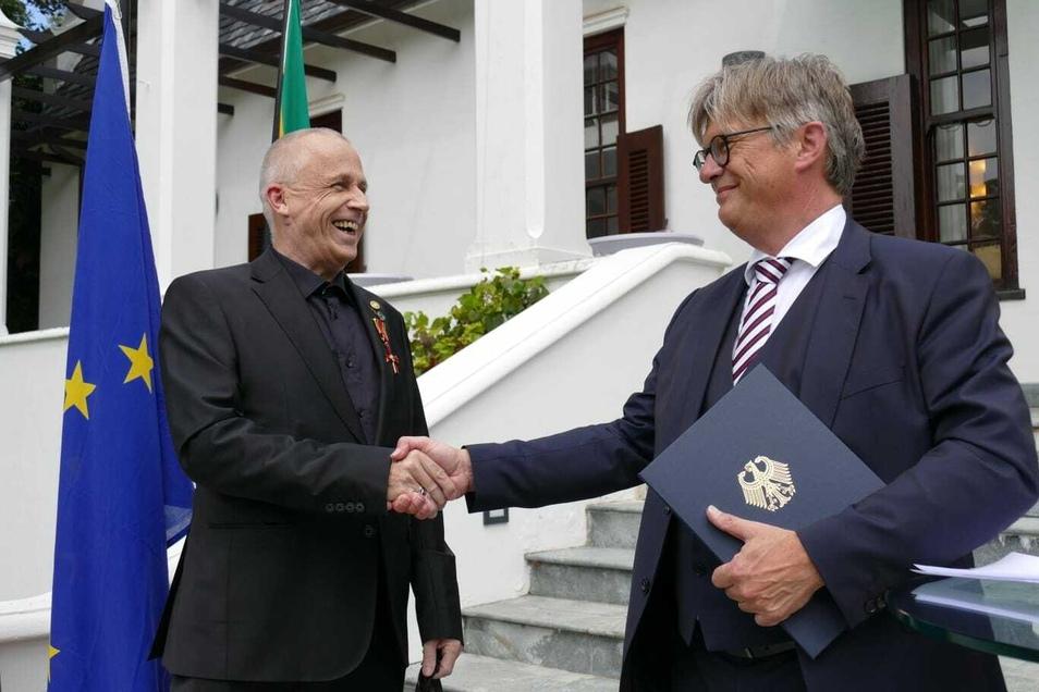 Aus den Händen des deutschen Generalkonsuls in Kapstadt, Matthias Hansen, erhielt Stefan Hippler das Bundesverdienstkreuz.
