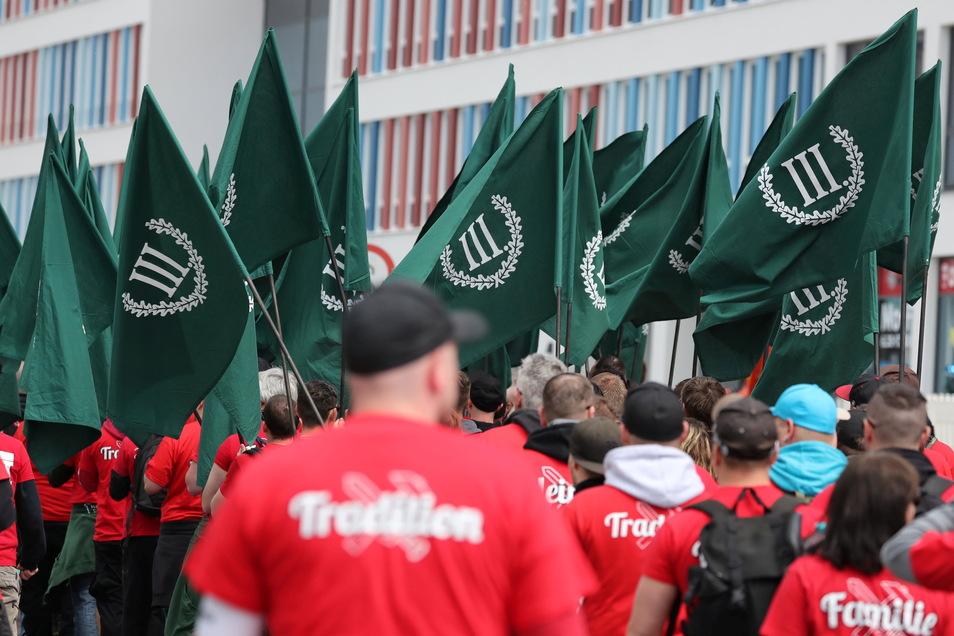 """Teilnehmer einer Demonstration von Rechtsextremisten gehen durch Chemnitz. Anmelder ist die Neonazi-Partei """"Der III. Weg"""". Die Partei versucht auch, bei bäuerlichen Protestveranstaltungen Anschluss zu finden."""