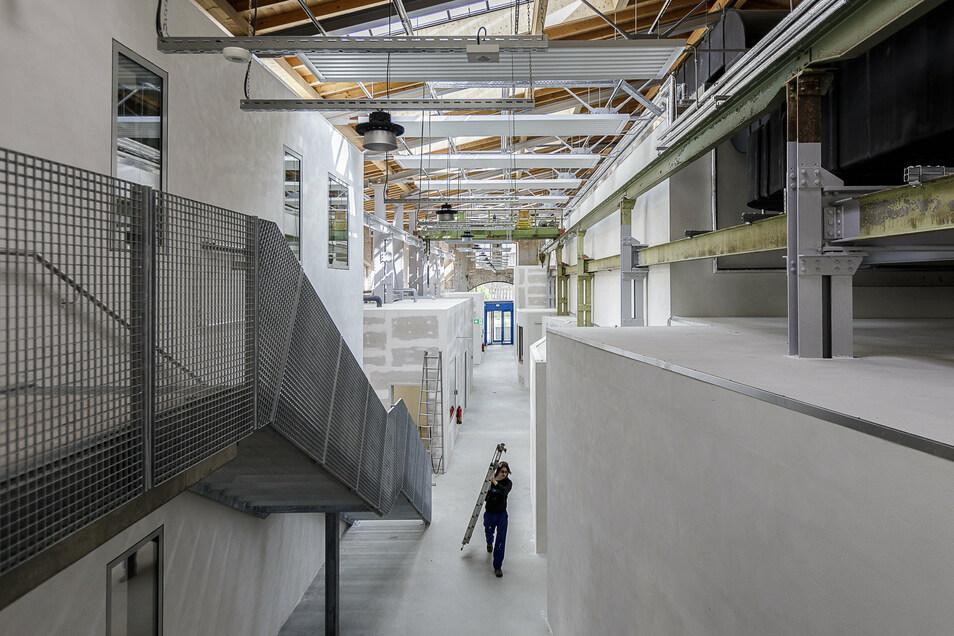 """So sieht das neue Zentrum für Jugend und Soziokultur """"Werk I"""" jetzt von innen aus: Oben gibt es Vereinsbüros, alles andere geht unten von einem langen Gang ab. Die blaue Tür ganz hinten ist der Haupteingang."""