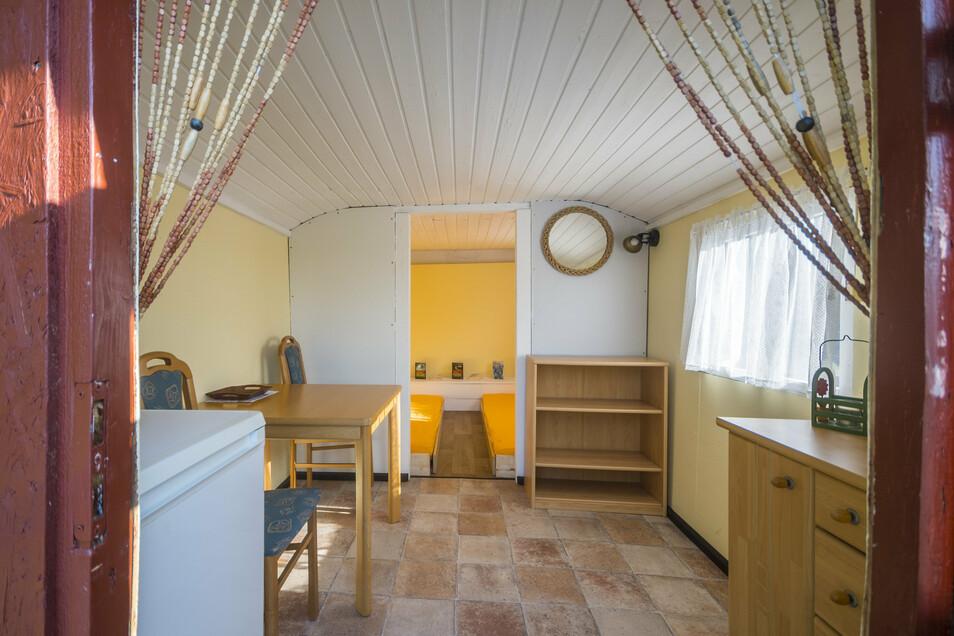 Einer von zwei festen Wohnwagen auf dem Platz bietet einfache Ausstattung – aber bei schlechtem Wetter deutlich mehr Komfort als ein Zelt.