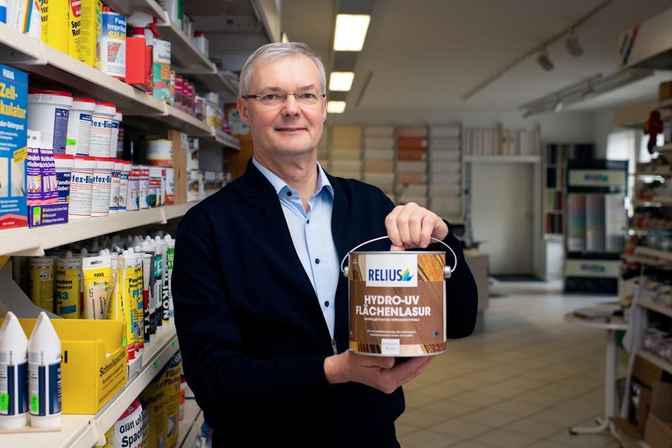 Maler- und Lackierermeister Ingolf Bannert steht in seinem Geschäft in Bischofswerda. Das schließt jetzt, denn der Meister geht in den Ruhestand.
