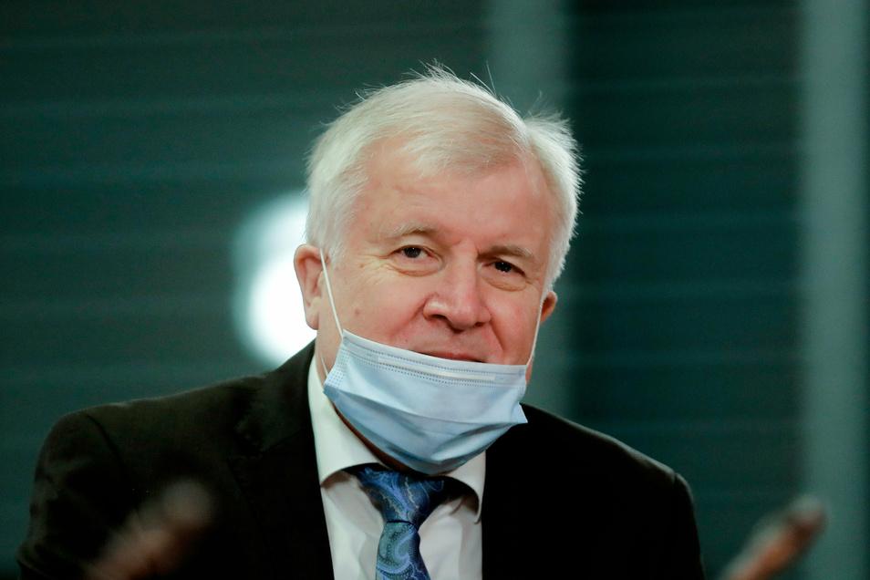 """Bundesinnenminister Horst Seehofer (CSU) hofft, dass Deutschland um Weihnachten und den Jahreswechsel herum """"in einer epidemiologisch besseren Situation"""" ist."""