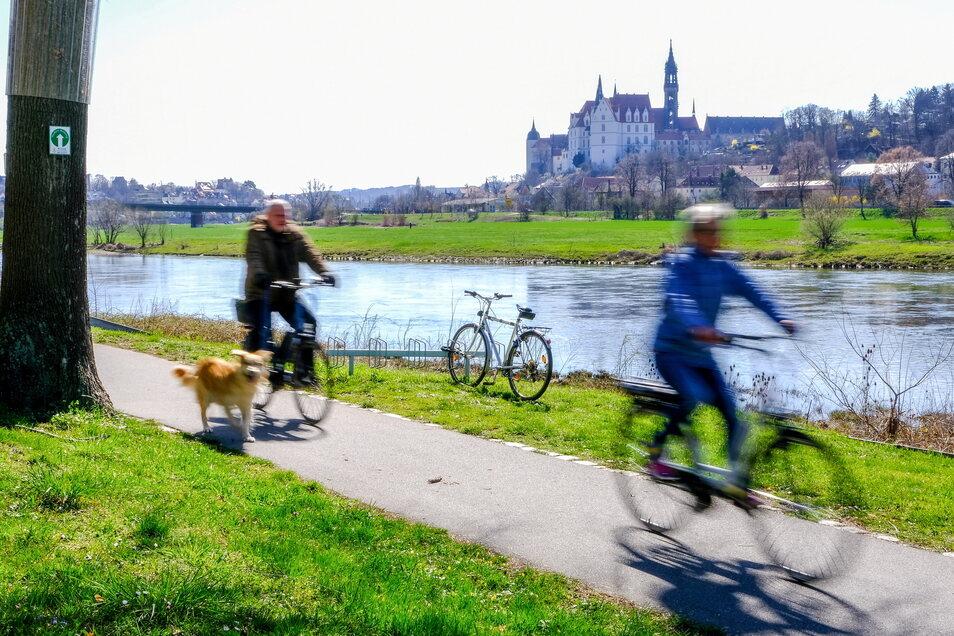 Ostersport für Körper und Geist — der Elberadweg lockte einige Radler und Spaziergänger am Ostersonntag an.