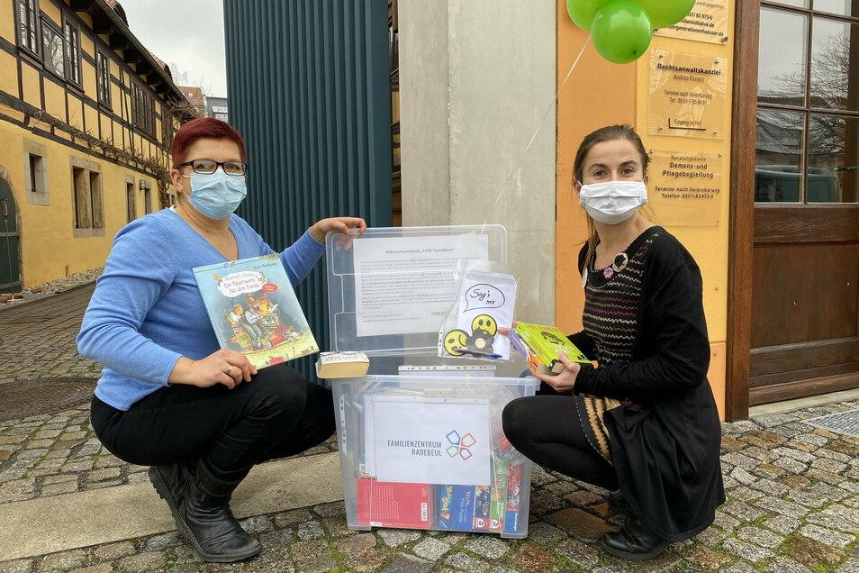 Die Idee zu der Tauschkiste stammt von Maria Berg-Holldack (l.) und Marjana Tratsch. Beide haben sie mit Büchern, Spielen und weiteren Dingen bestückt.