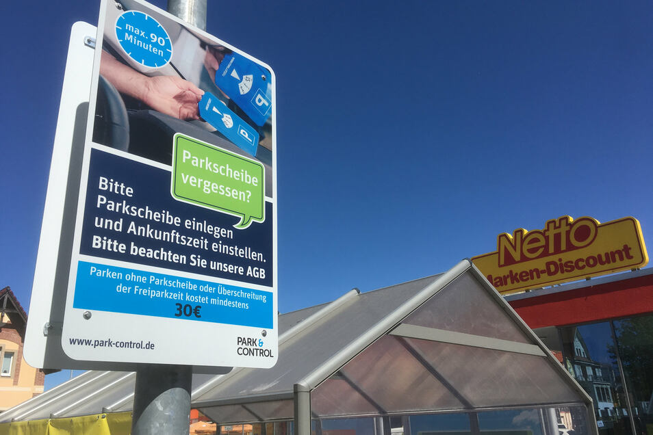 Mehrere dieser Schilder weisen auf dem Parkplatz des Netto-Marktes auf die Parkscheiben-Pflicht und die drohende Strafe hin.