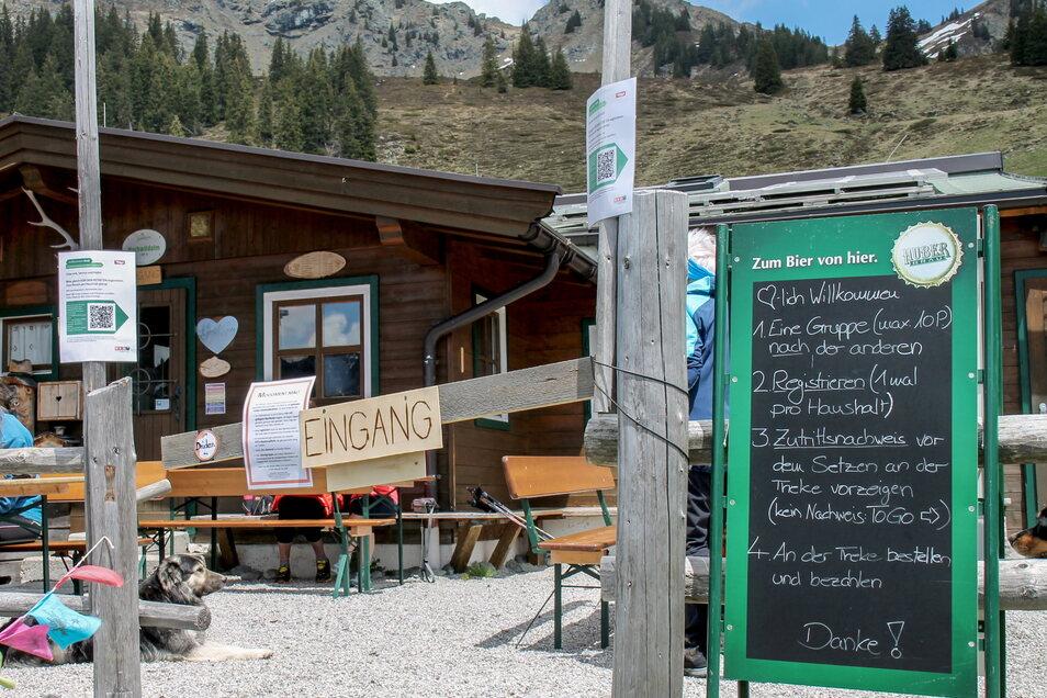 Eingang zur Hochwildalm - ein Schild erklärt, was in Corona-Zeiten zu tun ist. In Gastronomiebetrieben in Österreich muss der Gast getestet, genesen oder geimpft sein.