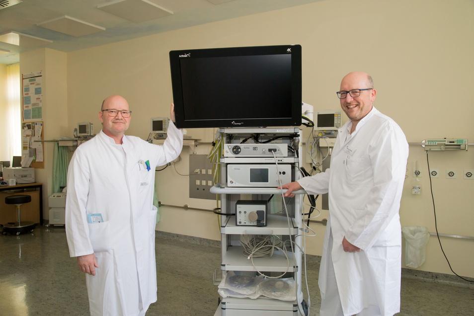 Mit Nils Walther (links) kam vor zwei Jahren ein neuer Chefarzt der Chirurgie an das Krankenhaus Niesky. Zusammen mit Rainer Stengel als leitender Chefarzt für Innere Medizin nimmt der Görlitzer Chirurg 2019 den neuen Videoturm in Augenschein. Dieser ermö