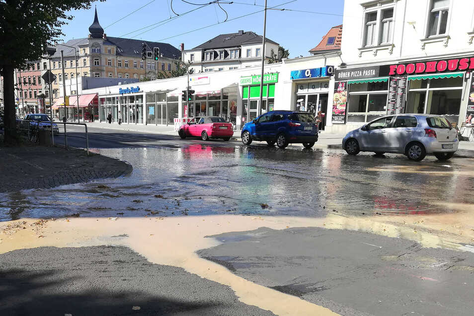 Das Wasser lief in großen Mengen über die Straße.