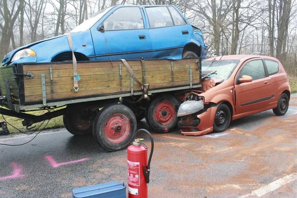 Ein Chevrolet war gegen einen vor ihm fahrenden Traktoranhänger gekracht.