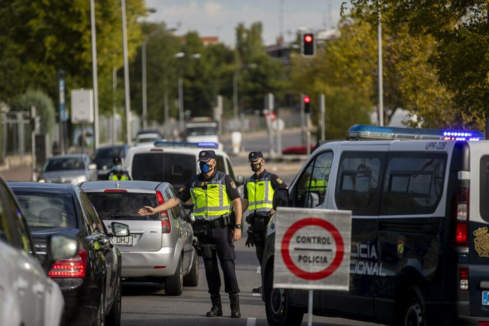 Die konservative Regionalpräsidentin Madrids, Isabel Díaz Ayuso, weigerte sich bisher wegen der Folgen für die Wirtschaft, die Stadt abzuriegeln. Bisher sind 45 Gebiete Madrids teilweise abgesperrt. Experten haben diese Maßnahmen als unzureichend kritisie