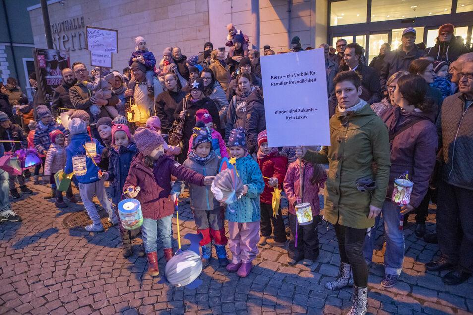 """13. November: Vor dem Riesaer """"Stern"""" demonstrierten Eltern und Kinder gegen Beitragserhöhungen."""
