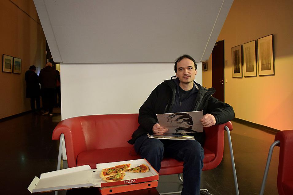 Peter Karich präsentiert sein Konzept des Programmierclubs mit Platte und Pizza.