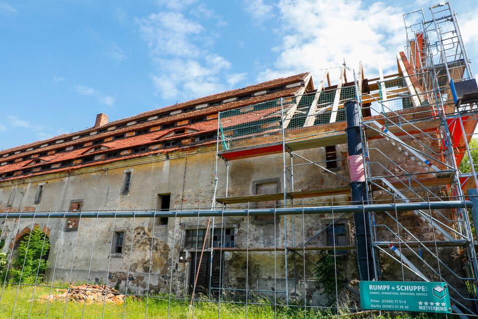 Als erstes soll der Ostgiebel gerettet werden. Hier hatte ein Notdach eher Schaden als Nutzen gebracht.